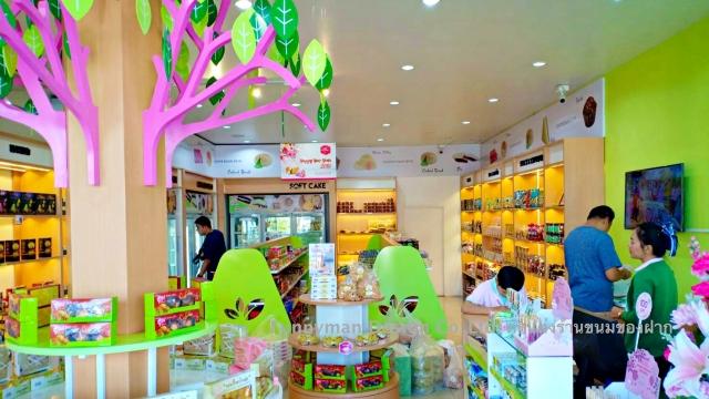 decorate a souvenir shop